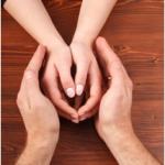 une main tendue pour vous aider à franchir les étapes et les difficultés